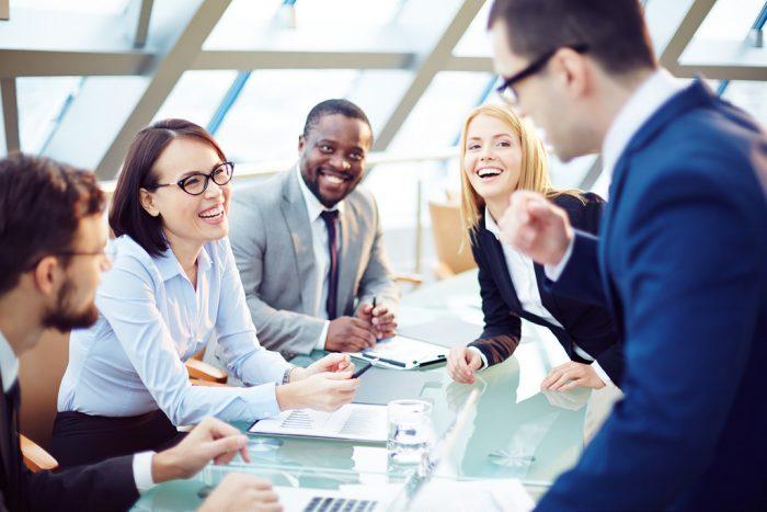 Reunião de trabalho com pessoas sorrindo