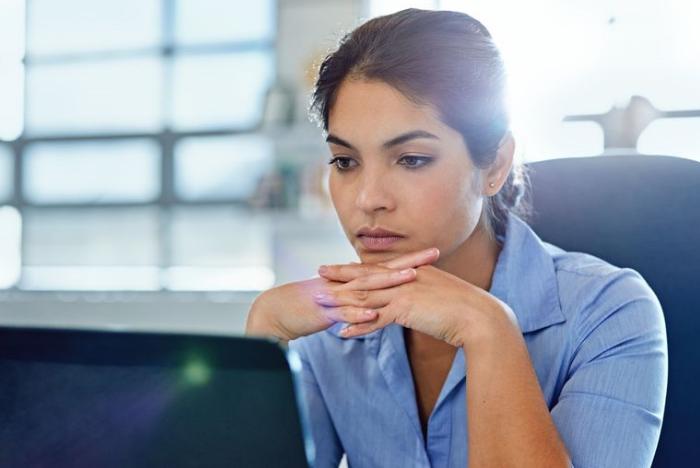 Mulher focada no trabalho
