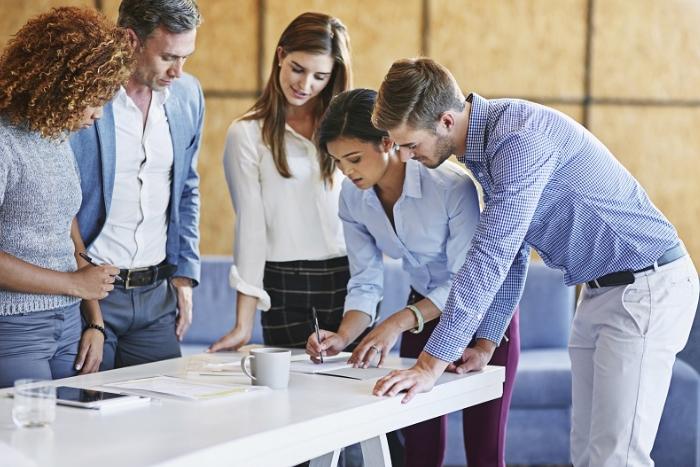 Profissionais trabalhando juntos em diferentes funções