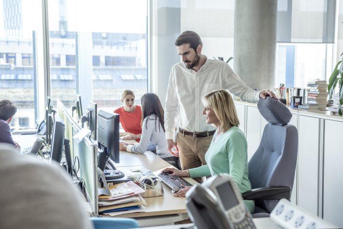 Líder verificando o trabalho de colaboradora