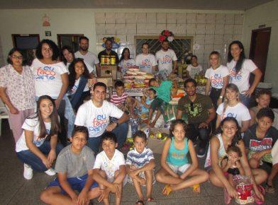 Voluntários da LG-GO entregando os donativos ao orfanato Lar Maria de Nazaré, em Hidrolândia (GO)