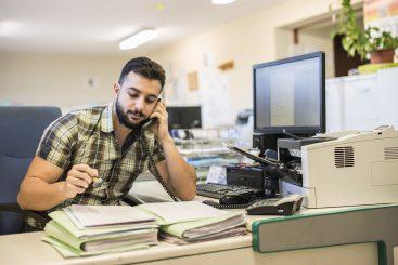 funcionário trabalhando preenchimento de formulários digitais
