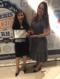 Representantes da LG recebem o prêmio
