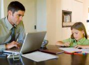 Pai trabalhando em casa