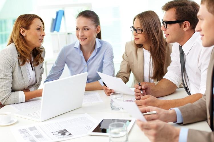 Pessoas reunidas debatendo projetos para empresa