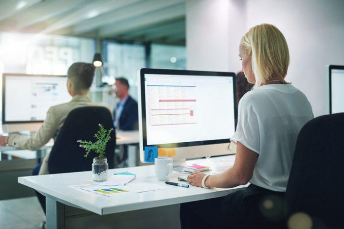 mulher trabalhando em computador