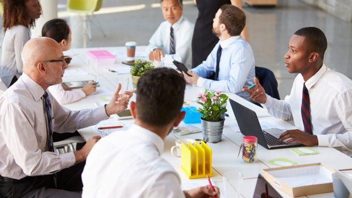 pessoas trabalhando em empresa com cultura organizacional harmoniosa