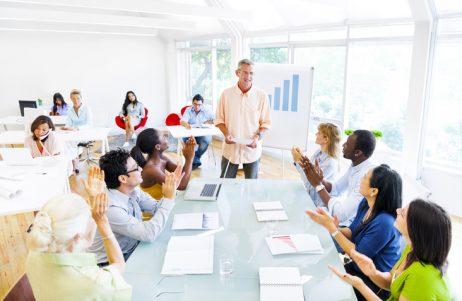liderança com inteligencia espiritual e seus liderados felizes