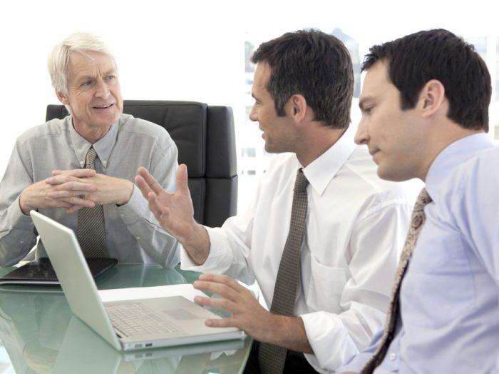 homem convencendo liderança