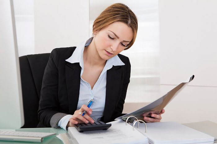 mulher fazendo calculo na empresa