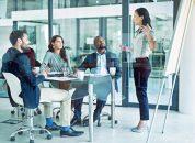Gerente explicando ação para equipe na comunicação interna