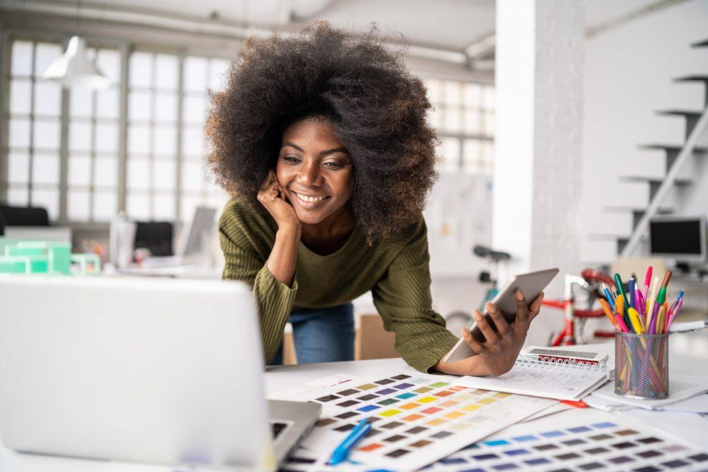 Segundo Tathiane Deândhela, CEO do Instituto Deândhela, um ambiente de trabalho organizado reflete positivamente tanto no público interno quanto no externo