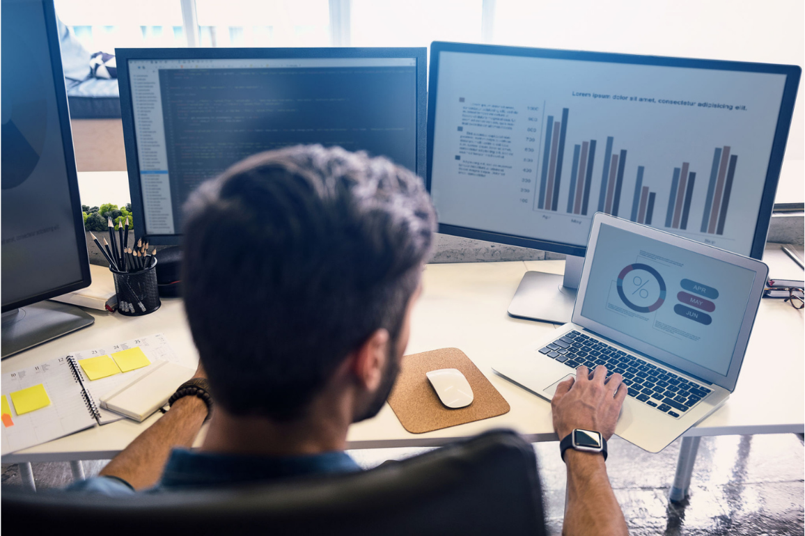 Profissional analisando dados no rh