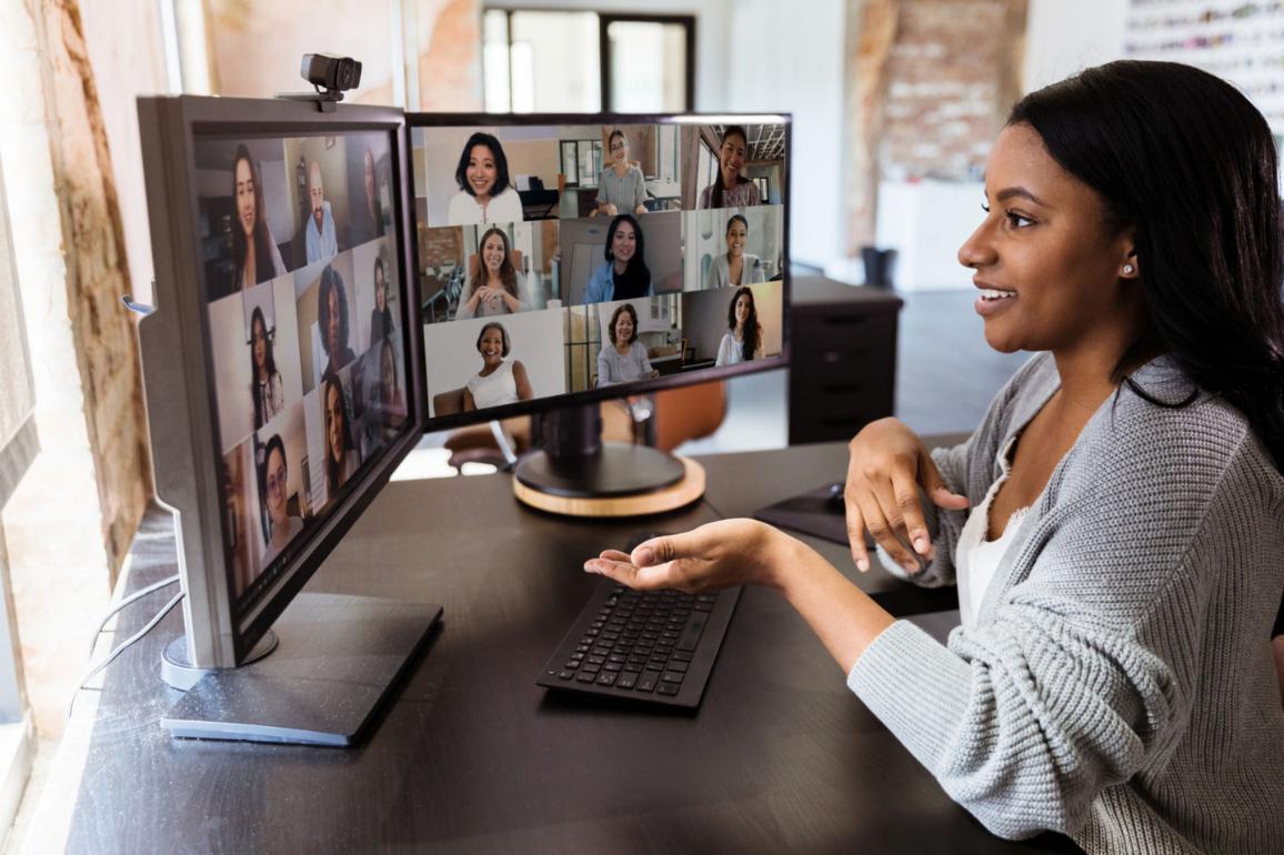 Mulher em reunião por vídeo conferência