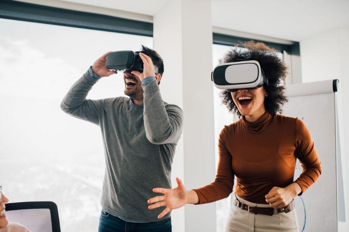 Colaboradores participando de um jogo virtual