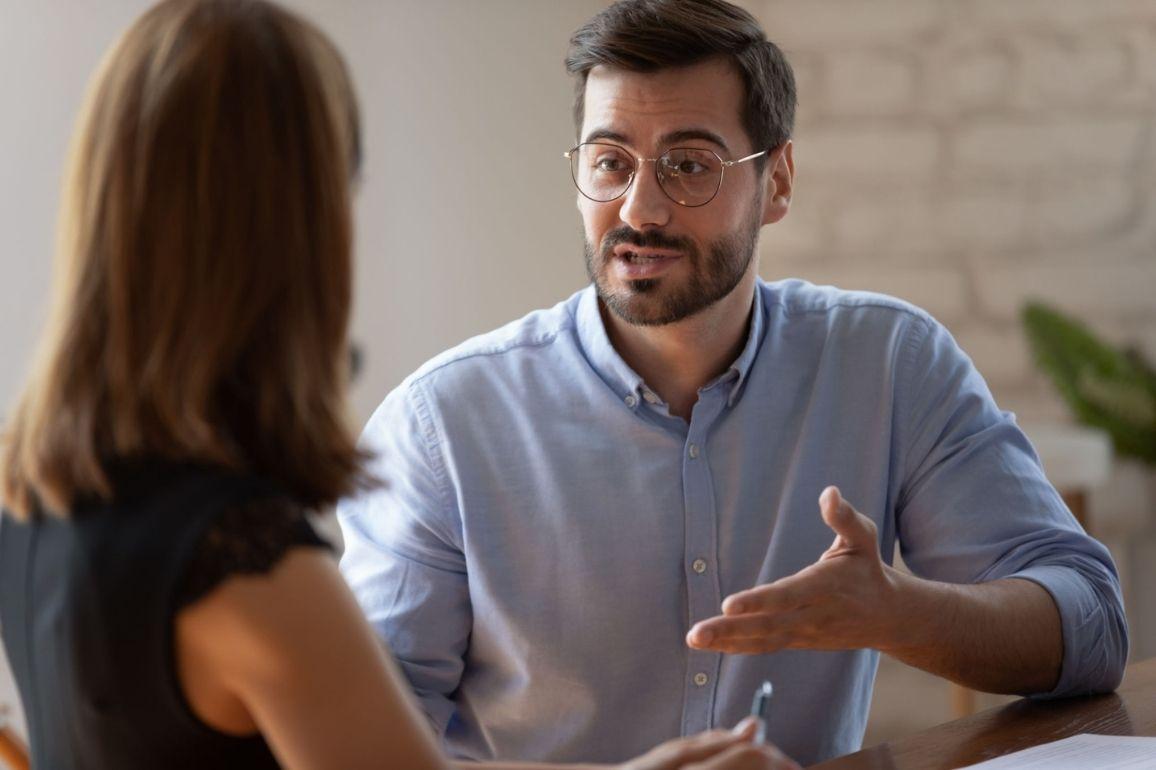 Dois profissionais conversando