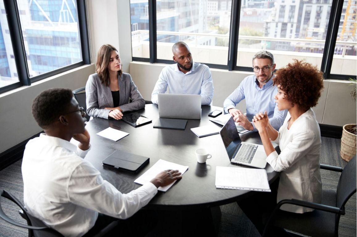 Grupo de profissionais em reunião
