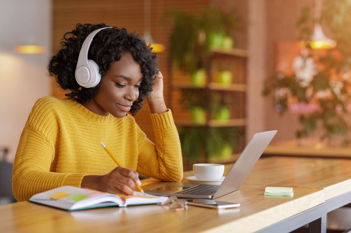 Jovem estudando online