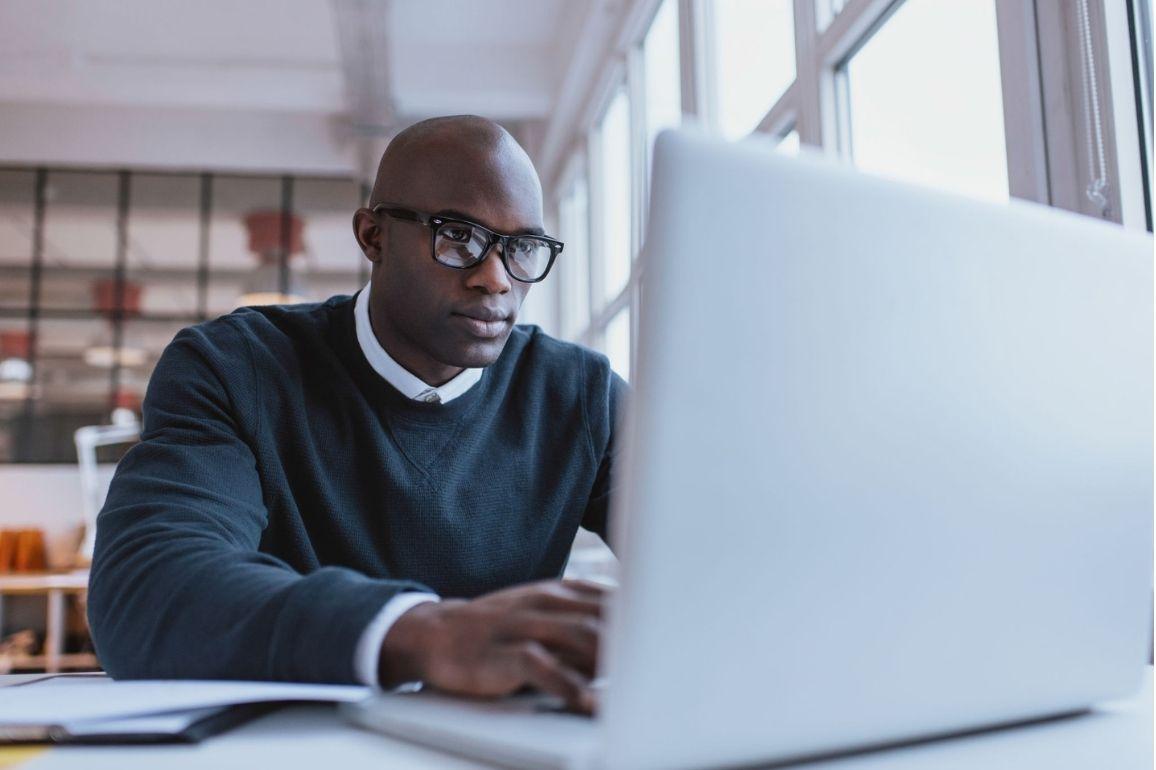 Profissional concentrado no computador
