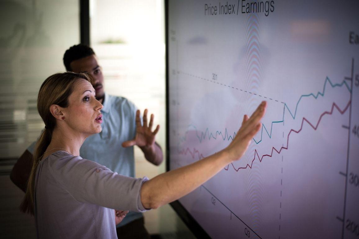 Profissionais analisando gráfico